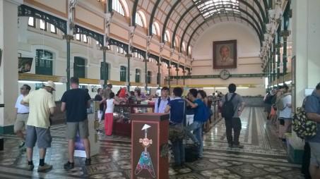 La poste centrale est une des perles de l'architecture coloniale française à Saigon ! Construite de 1886 à 1891, elle est supportée par une immense charpente métallique, œuvre de Gustave Eiffel